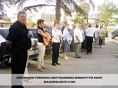 järviradion porukkaa odottelemassa bussikyytiä