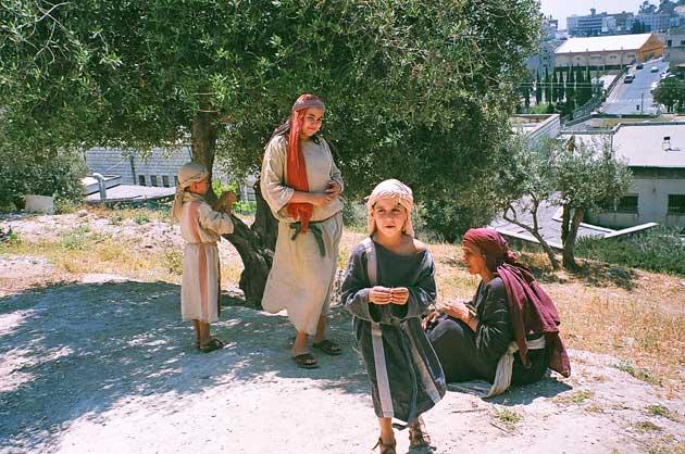 Ihmisiä Jeesuksen aikaisessa kylässä Nasaretissa.
