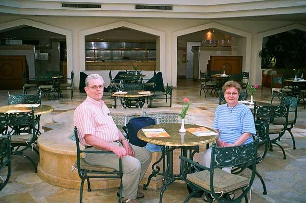 Matkanjohtaja Teuvo Veikkola puolisonsa Leenan kanssa hotelli Moriach Classicin aulassa.